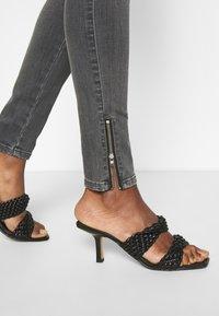 Diesel - SLANDY-LOW-ZIP - Jeans Skinny Fit - grey - 6