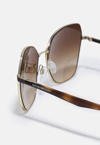 Emporio Armani - ESSENTIAL LEISURE - Occhiali da sole - pale gold-coloured/gradient brown - 2