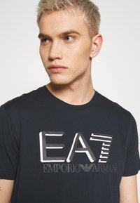 EA7 Emporio Armani - T-shirt imprimé - blu notte - 3