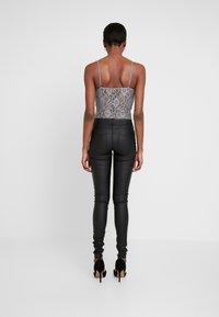 ONLY Tall - ONLLOULOU PUSHUP COAT PANTS - Pantalon classique - black - 3