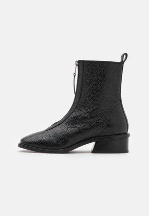 AMSTERDAM ZIP FRONT FLAT BOOT - Korte laarzen - black