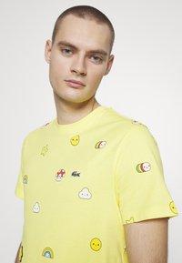 Lacoste - Unisex Lacoste x FriendsWithYou Print Cotton T-shirt - T-shirts med print - citron - 5