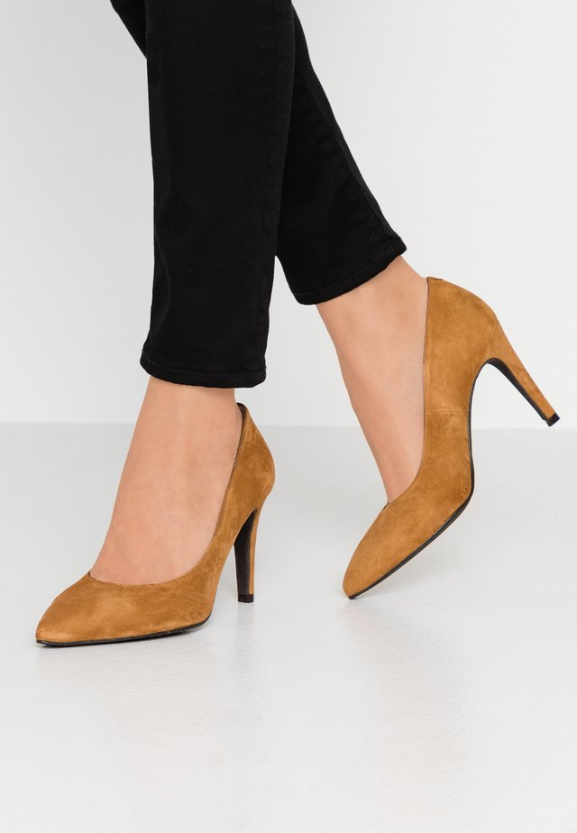 WIDE FIT DIAN - Klassiska pumps - cognac