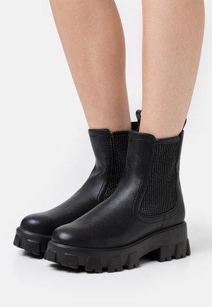 CHUNKY ELASTIC CHELSEA BOOTS - Platåstøvletter - black