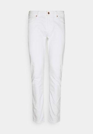 CHRIS - Jeansy Slim Fit - true white