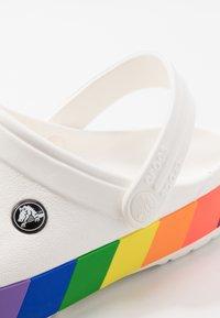Crocs - CROCBAND RAINBOW BLOCK - Sandály do bazénu - white/multicolor - 5
