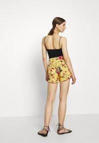 Vero Moda - VMSIMPLY EASY - Shorts - banana cream - 2