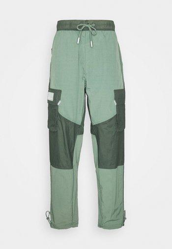 PANT - Pantalon classique - spiral sage/white