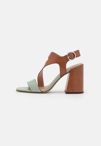 AGELICA - Sandaalit nilkkaremmillä - brown