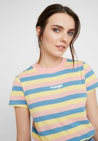 Wrangler - REGULAR TEE - Print T-shirt - peaches pink - 3