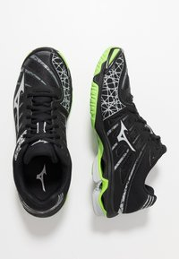 Mizuno - WAVE VOLTAGE - Volleyball shoes - black/high rise/green gecko - 1