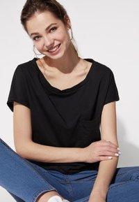 Tezenis - BRUSTTASCHE - Basic T-shirt - nero - 1