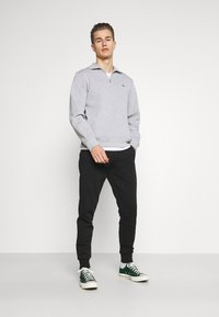 Tommy Hilfiger - MODERN ESSENTIALS PANTS - Trainingsbroek - black - 1