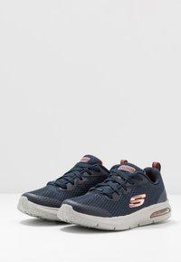 Skechers - DYNA-AIR - Tenisky - navy/orange - 3