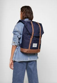Herschel - RETREAT - Rucksack - peacoat/saddle brown - 5