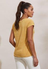 Odd Molly - HENNA - Print T-shirt - golden biscotti - 1