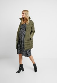 Dorothy Perkins Maternity - SUSTAINABLE LEAD IN LONG PADDED - Short coat - khaki - 1