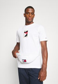 Tommy Jeans - HERITAGE BUMBAG UNISEX - Bum bag - white - 1