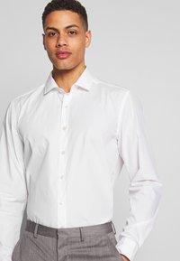 OLYMP - OLYMP LEVEL 5 BODY FIT  - Formal shirt - weiss - 5