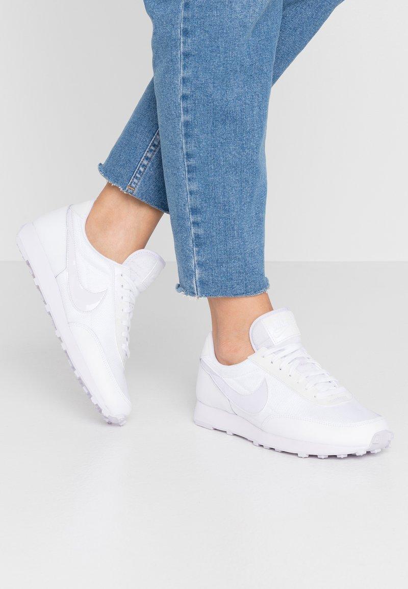 Nike Sportswear - DAYBREAK - Sneakers basse - white/barely grape