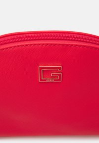 Guess - NOHEA DOME - Trousse - cherry - 4