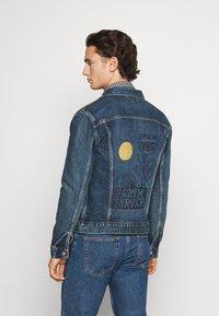 Levi's® - WELLTHREAD TRUCKER - Giacca di jeans - azurite indigo - 2