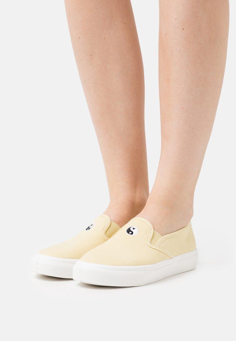 Rubi Shoes by Cotton On - HARPER - Półbuty wsuwane - lemon