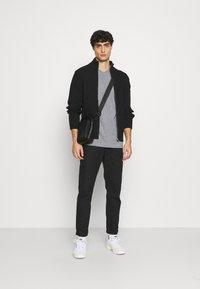 Selected Homme - SLHNORMAN O NECK TEE  - T-shirt basique - medium grey melange - 1