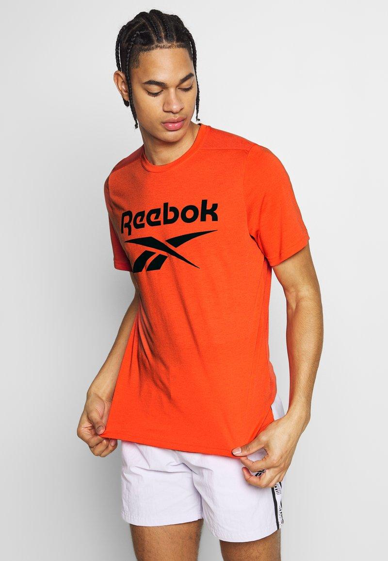 Reebok - SPEEDWICK SPORT SHORT SLEEVE GRAPHIC TEE - Triko spotiskem - orange