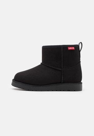 NEW WAVE MID ZIP - Kotníkové boty - black