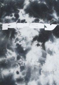 PRAY - CLASSIC TIE DYE UNISEX  - Print T-shirt - black - 2