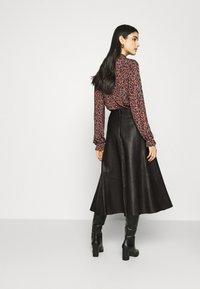 IVY & OAK - SKIRT MIDI - Leather skirt - black - 2