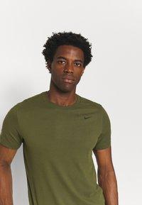 Nike Performance - TEE CREW SOLID - Basic T-shirt - rough green/black - 3