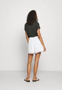 Vero Moda - VMNEWHOUSTON  - Shorts - snow white/multi - 2