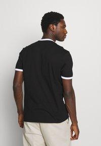 Lyle & Scott - RINGER - T-shirt med print - jet black/white - 2