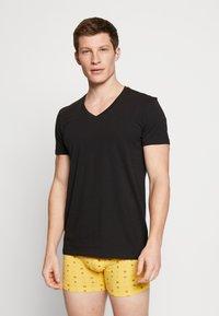 Levi's® - MEN V-NECK 2 PACK - Unterhemd/-shirt - jet black - 1