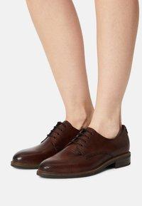 Tamaris - Šněrovací boty - cognac - 0