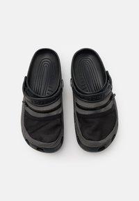 Crocs - CLASSIC VENTURE PACK UNISEX - Drewniaki i Chodaki - black/slate grey - 3