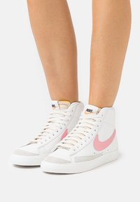Nike Sportswear - BLAZER MID '77 - High-top trainers - summit white/sunset pulse/black - 0