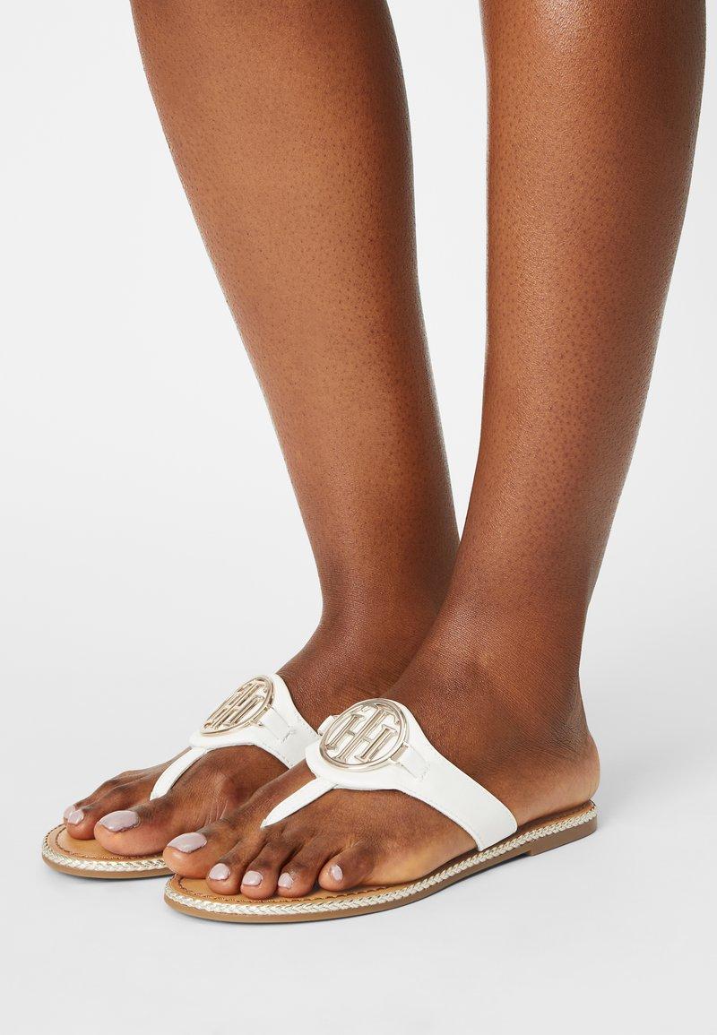 Tommy Hilfiger - ESSENTIAL FLAT - Sandály s odděleným palcem - ecru