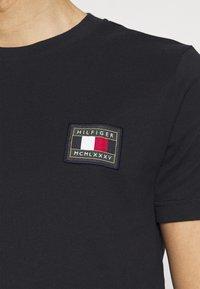 Tommy Hilfiger - ICON ESSENTIALS TEE - T-shirt med print - desert sky - 4
