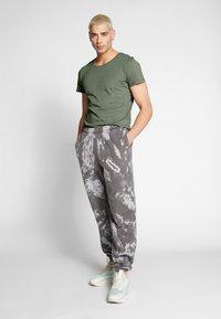 Lee - SHAPED TEE - T-shirt imprimé - utility green - 1