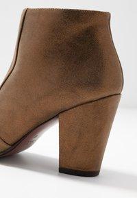 Chie Mihara - EL HUBA  - Boots à talons - gloss bronce - 2