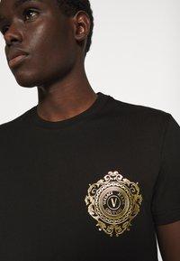 Versace Jeans Couture - T-shirt z nadrukiem - black / gold - 5