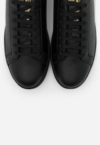 Emporio Armani - Sneakers basse - black/old gold - 5
