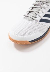 adidas Performance - SPEEDCOURT INDOOR SPORTS - Zapatillas de voleibol - footwear white/collegiate navy - 5