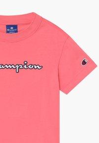 Champion - ROCHESTER CHAMPION LOGO CREWNECK  - Camiseta estampada - pink - 2