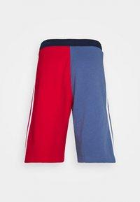 adidas Originals - BLOCKED UNISEX - Shorts - scarlet/crew blue - 6