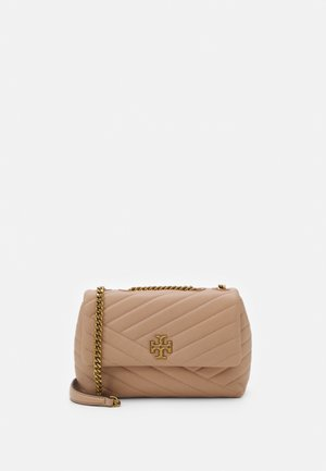 KIRA CHEVRON SMALL CONVERTIBLE SHOULDER BAG - Torba na ramię - devon sand