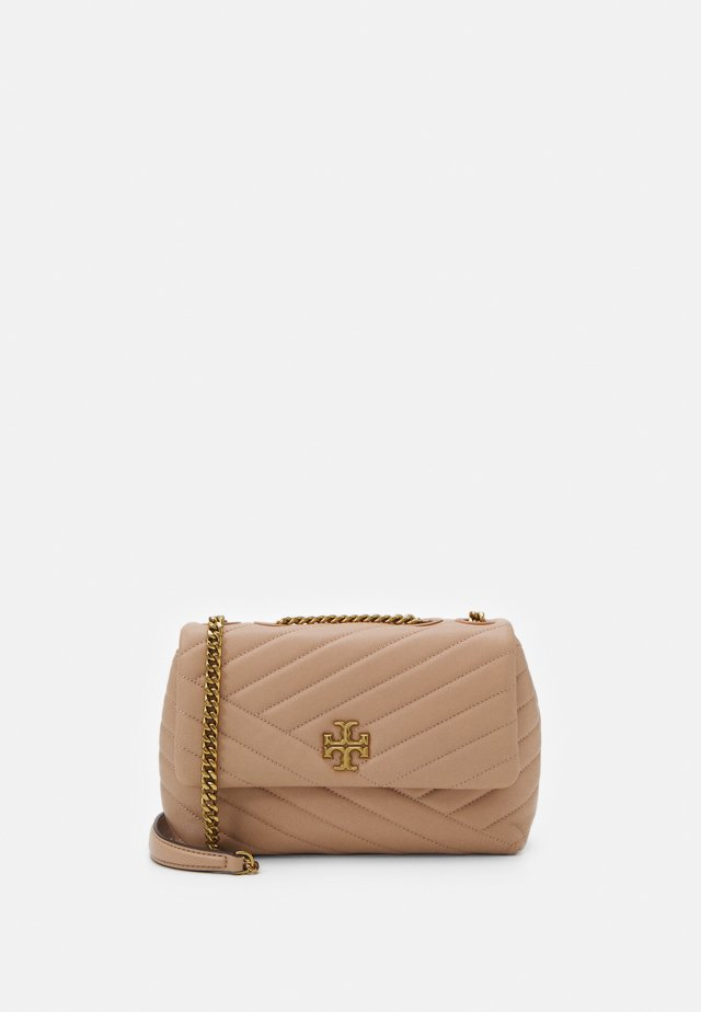 KIRA CHEVRON SMALL CONVERTIBLE SHOULDER BAG - Across body bag - devon sand